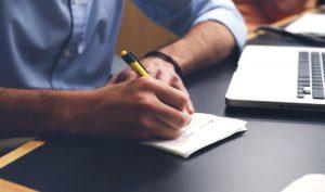 ノートをとる男性の写真